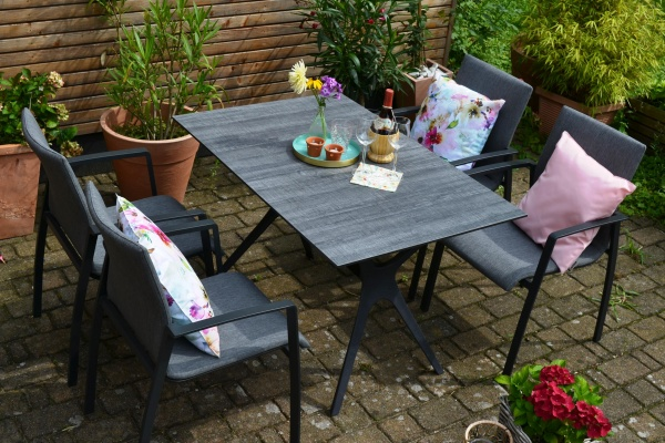 HPL Tisch Jasper 120 x 80 cm + 4 moderne Stapelstühle Solero aus Textilen